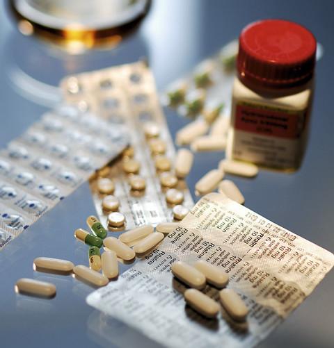 Medikamente, Spritzen, Alkohol - diverse Substanzen können Ärzte in die Sucht treiben
